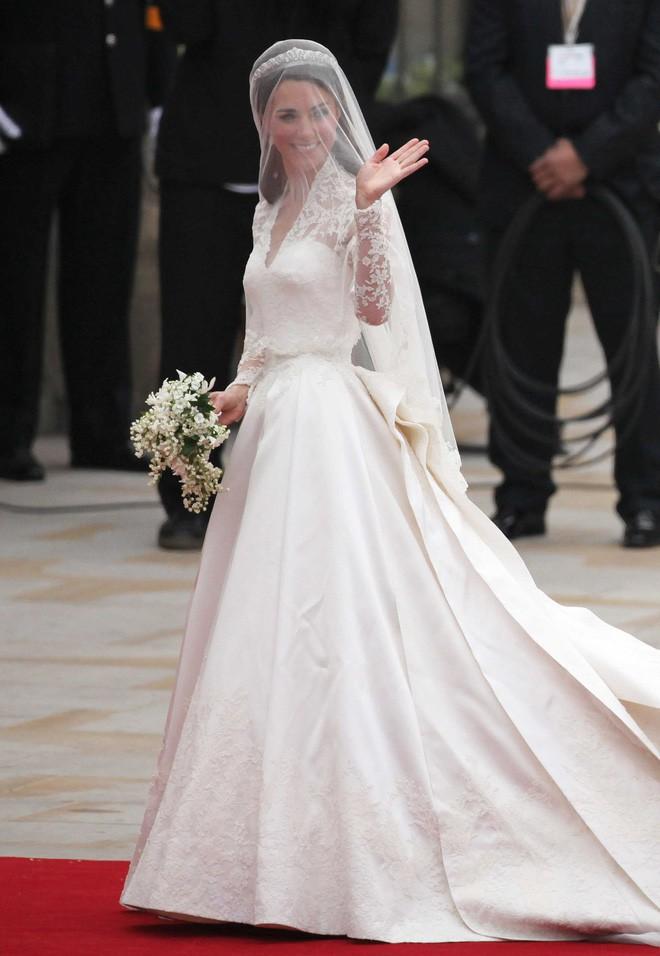 Cuối cùng thì chiếc váy cưới trị giá hơn 3 tỷ đồng của cô dâu Hoàng gia Anh Meghan Markle cũng đã lộ diện, đẹp đến từng milimet - Ảnh 7.
