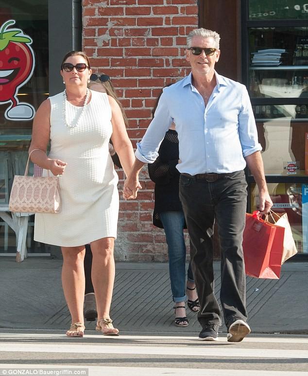 Nếu nói ngoại hình là thuốc bổ của hôn nhân, sẽ phải giải thích sao cho cuộc tình kéo dài 23 năm giữa James Bond quyến rũ nhất hành tinh với người vợ thừa cân, kém sắc? - Ảnh 1.