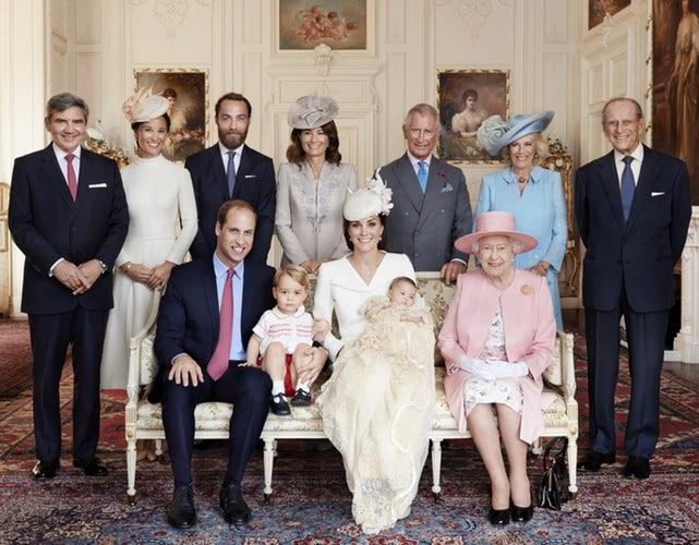 Nhiều năm trôi qua, bánh cưới từ 5 đám cưới Hoàng gia Anh sắp được đem ra đấu giá, bạn sẽ bất ngờ với giá trị thật của 1 miếng bánh - Ảnh 1.