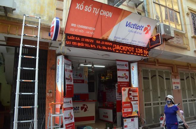 Chủ cửa hàng Vietlott ở Hà Nội nơi bán ra tấm vé 303 tỷ đồng: Chúng tôi đang trích xuất camera xem ai là người may mắn đến vậy - Ảnh 2.
