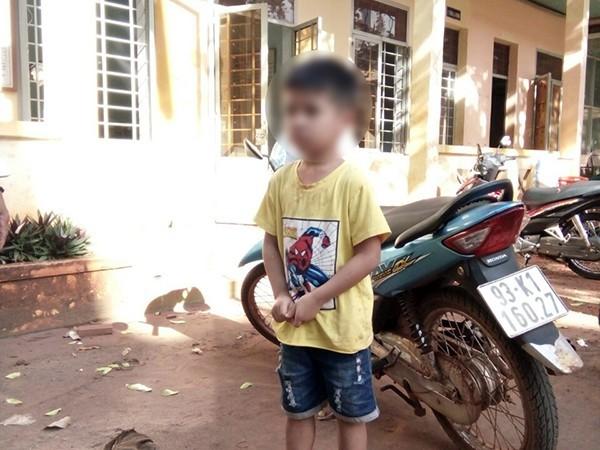 Một phụ nữ bịt mặt bắt cóc cháu bé 5 tuổi bị người dân tóm gọn - Ảnh 2.