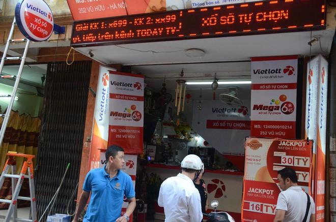 Chủ cửa hàng Vietlott ở Hà Nội nơi bán ra tấm vé 303 tỷ đồng: Chúng tôi đang trích xuất camera xem ai là người may mắn đến vậy - Ảnh 3.