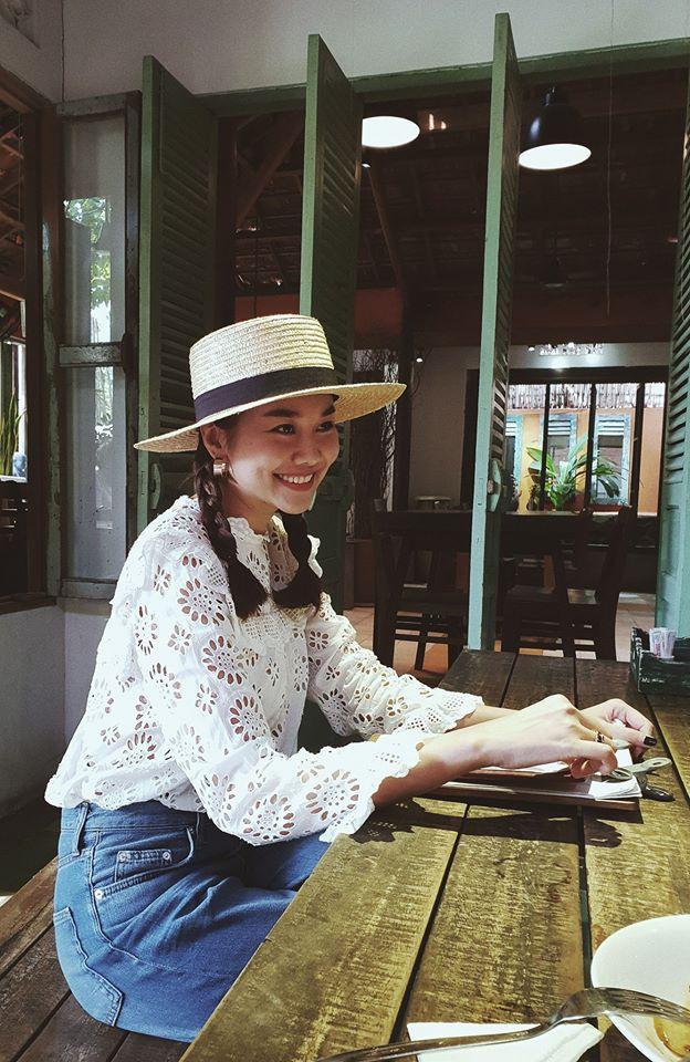 Học sao Việt cách chọn và kết hợp mũ cói sao cho thật duyên dáng khi diện cùng trang phục hè - Ảnh 4.