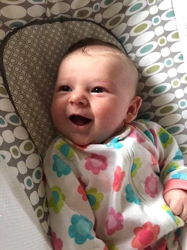 Mẹ bế con gái 7 tuần tuổi đi xem bố đánh bóng chày không ngờ chỉ sau một cú ném bóng, con nhập viện trong nguy kịch - Ảnh 1.