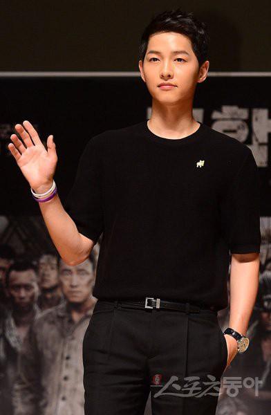 Song Joong Ki chính thức nối tiếp mối duyên dang dở với Kim Ji Won sau Hậu duệ Mặt Trời - Ảnh 1.