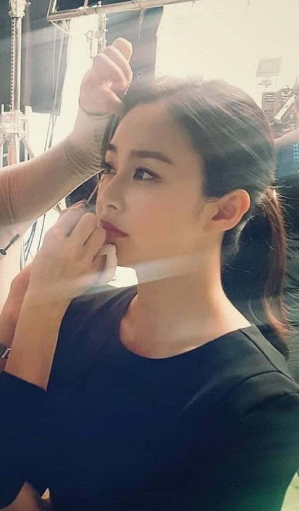 Tái xuất sau khi sinh em bé, Kim Tae Hee được ngợi khen là bà mẹ bỉm sữa đẹp nhất thế giới - Ảnh 1.