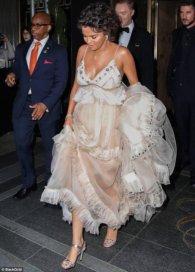 Cận cảnh vẻ kém sắc của Selena Gomez tại Met Gala: Vừa béo vừa nhợt nhạt thua xa các mỹ nhân khác - Ảnh 4.