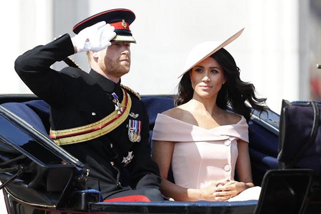 """Công nương Kate xuất hiện hoàn hảo, tiếp tục bị """"soi"""" khoảnh khắc liếc nhìn mẹ kế của chồng - Ảnh 1."""