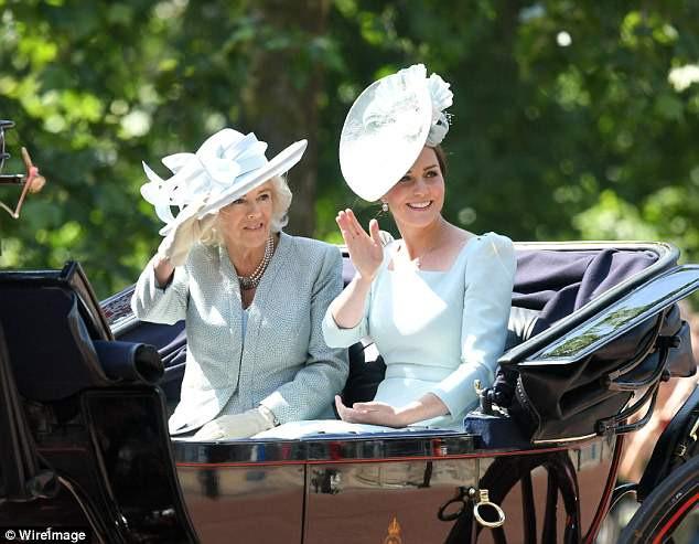 """Công nương Kate xuất hiện hoàn hảo, tiếp tục bị """"soi"""" khoảnh khắc liếc nhìn mẹ kế của chồng - Ảnh 2."""