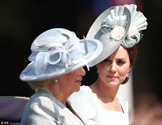 """Công nương Kate xuất hiện hoàn hảo, tiếp tục bị """"soi"""" khoảnh khắc liếc nhìn mẹ kế của chồng - Ảnh 3."""