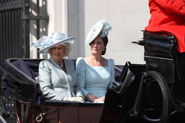 """Công nương Kate xuất hiện hoàn hảo, tiếp tục bị """"soi"""" khoảnh khắc liếc nhìn mẹ kế của chồng - Ảnh 4."""