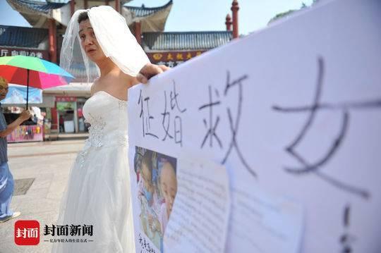 Người đàn ông nghèo mặc váy cưới đứng đường để quyên tiền chữa bệnh cho con khiến nhiều người xúc động nghẹn ngào - Ảnh 1.