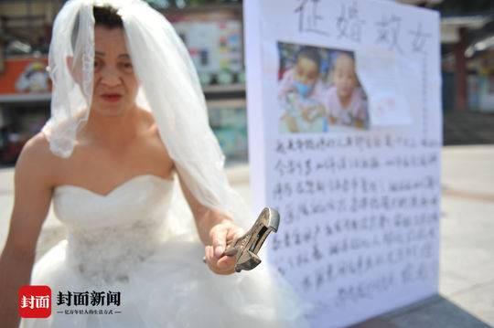 Người đàn ông nghèo mặc váy cưới đứng đường để quyên tiền chữa bệnh cho con khiến nhiều người xúc động nghẹn ngào - Ảnh 2.