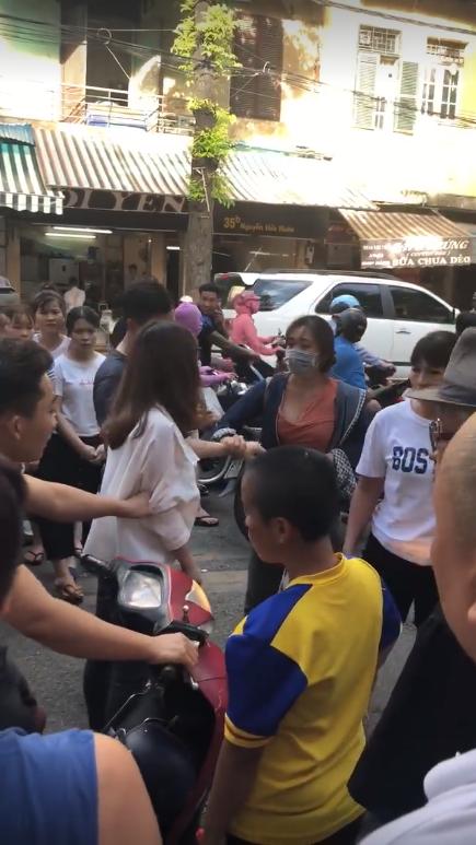 Hà Nội: Nghi vấn do ghen tuông vì bạn thân nhắn tin với chồng mình, 2 cô gái lao vào đánh nhau giữa phố cổ 2