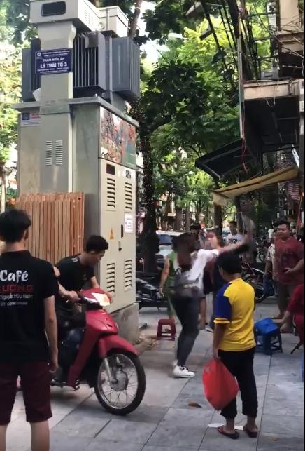 Hà Nội: Nghi vấn do ghen tuông vì bạn thân nhắn tin với chồng mình, 2 cô gái lao vào đánh nhau giữa phố cổ - Ảnh 3.