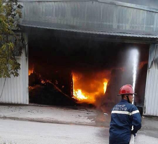 Hải Phòng: Cháy lớn thiêu rụi hàng nghìn mét vuông nhà xưởng, cột khói đen bốc cao hàng trăm mét - Ảnh 3.