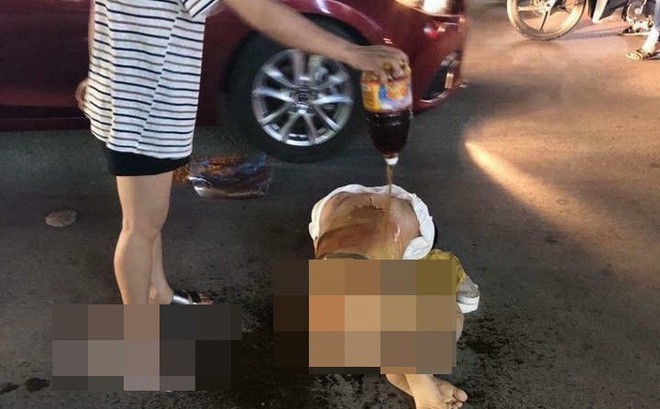 Đánh ghen kinh hoàng ở Thanh Hóa: người thứ 3 bị nhóm phụ nữ lột đồ đổ nước mắm, xát muối ớt giữa đường - ảnh 1