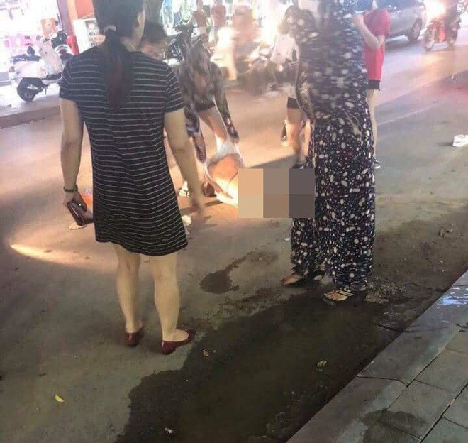 Đánh ghen kinh hoàng ở Thanh Hóa: Người thứ 3 bị nhóm phụ nữ lột đồ đổ nước mắm, xát muối ớt giữa đường - Ảnh 2.