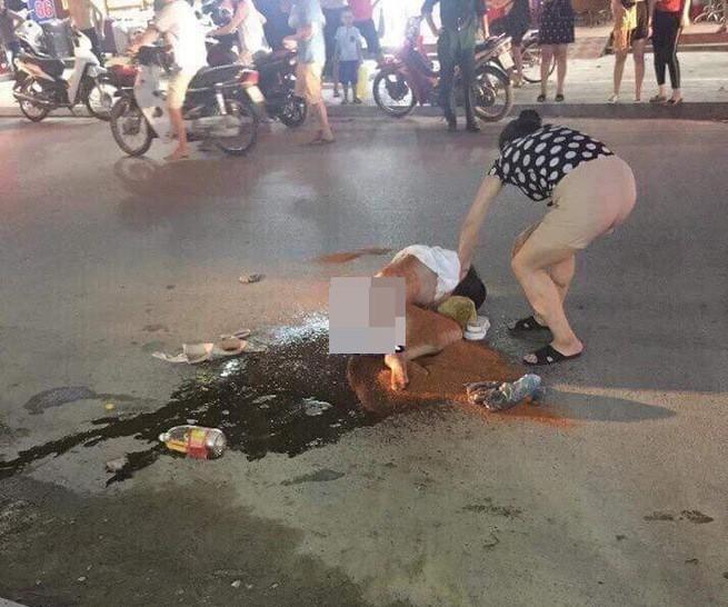 Đánh ghen kinh hoàng ở Thanh Hóa: Người thứ 3 bị nhóm phụ nữ lột đồ đổ nước mắm, xát muối ớt giữa đường - Ảnh 3.