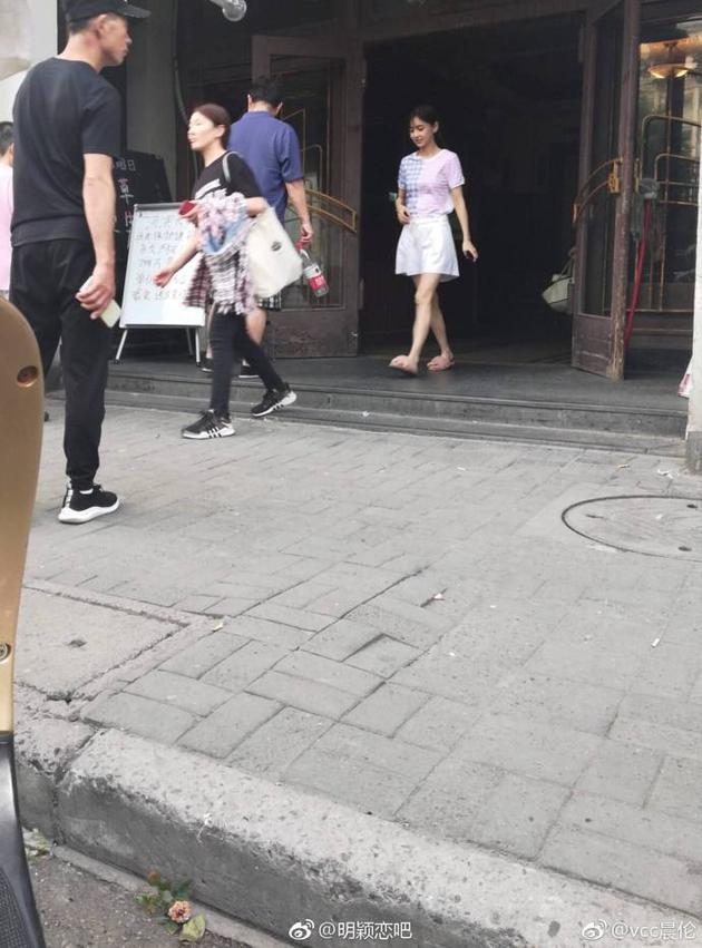 Huỳnh Hiểu Minh lại được khen nức nở khi đưa con trai đến thăm Angelababy ở phim trường - Ảnh 1.