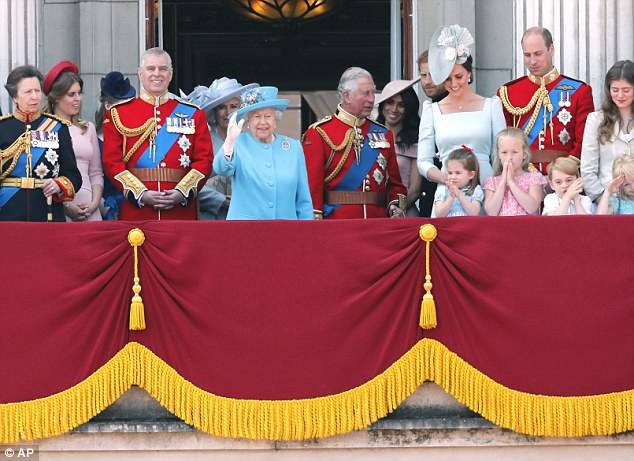 """Công chúng lại tan chảy trước điệu bộ vẫy tay hết sức đáng yêu của Công chúa Charlotte được """"copy"""" 100% từ Nữ hoàng - Ảnh 2."""
