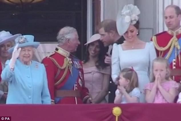 """Công chúng lại tan chảy trước điệu bộ vẫy tay hết sức đáng yêu của Công chúa Charlotte được """"copy"""" 100% từ Nữ hoàng - Ảnh 3."""
