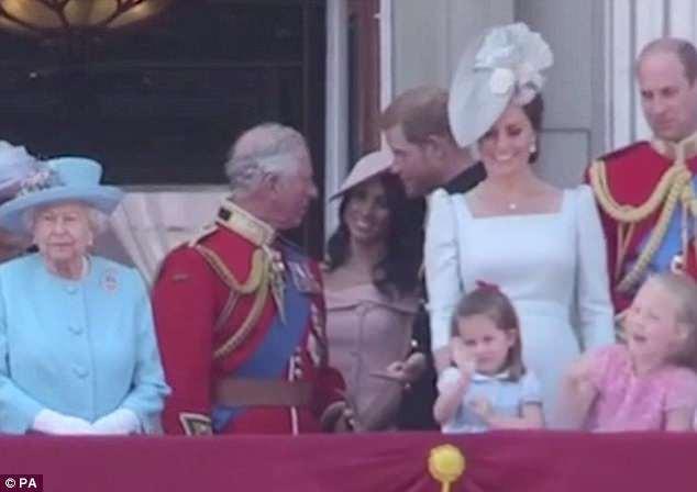 """Công chúng lại tan chảy trước điệu bộ vẫy tay hết sức đáng yêu của Công chúa Charlotte được """"copy"""" 100% từ Nữ hoàng - Ảnh 4."""