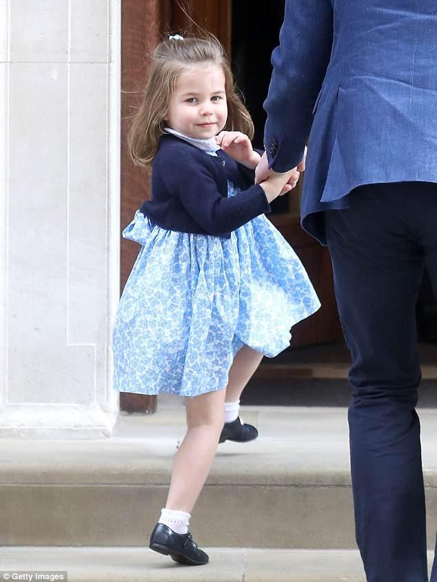 """Công chúng lại tan chảy trước điệu bộ vẫy tay hết sức đáng yêu của Công chúa Charlotte được """"copy"""" 100% từ Nữ hoàng - Ảnh 1."""