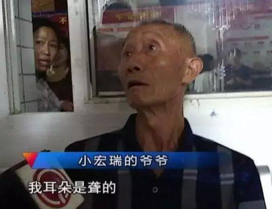 Trung Quốc: Ông cụ đón nhầm cháu tại nhà trẻ, đã thế còn dẫn luôn cháu hờ đi tiêm phòng - Ảnh 3.