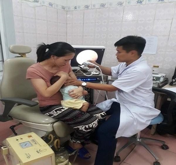 """Vụ bé trai bị y tá """"lỡ tay"""" cho uống cả lọ vaccine ở Nghệ An: Sức khỏe cháu bé đã dần ổn định - Ảnh 1."""