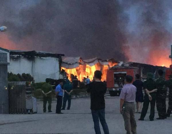 Phú Thọ: Hỏa hoạn lớn tại khu công nghiệp Thụy Vân, hàng trăm người dân sợ hãi - Ảnh 2.