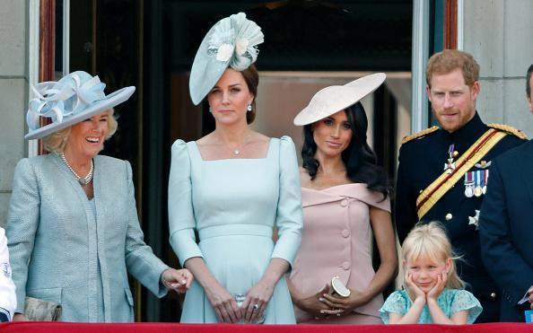 Sự thật đằng sau bức ảnh Công nương Kate đứng lấn át Meghan trong dịp sinh nhật Nữ hoàng Anh - Ảnh 1.