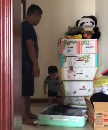 Clip: Cậu bé vừa nức nở khóc vừa thu dọn quần áo vào vali, đòi lên xe ô tô về nhà ngoại khi bị ba mắng vì quậy phá - Ảnh 2.