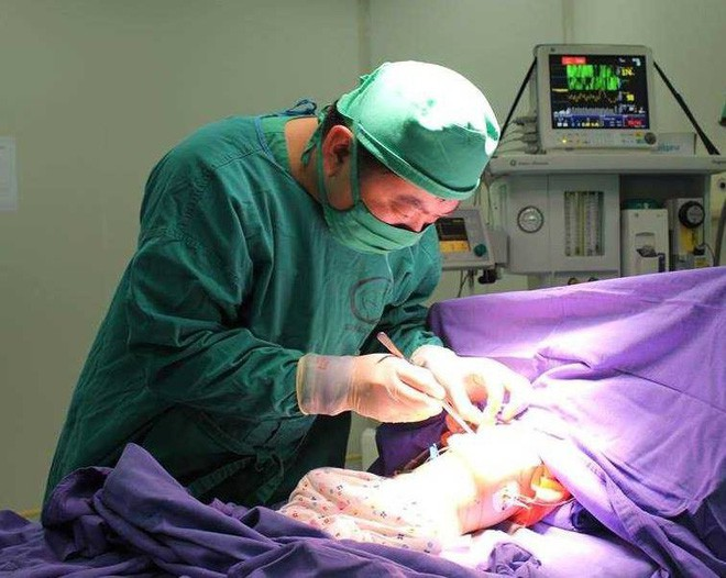 Quảng Ninh: Bé trai nuốt phải đinh sắt dài bằng nửa bơm tiêm, bác sĩ nín thở mổ bỏ dị vật - Ảnh 2.