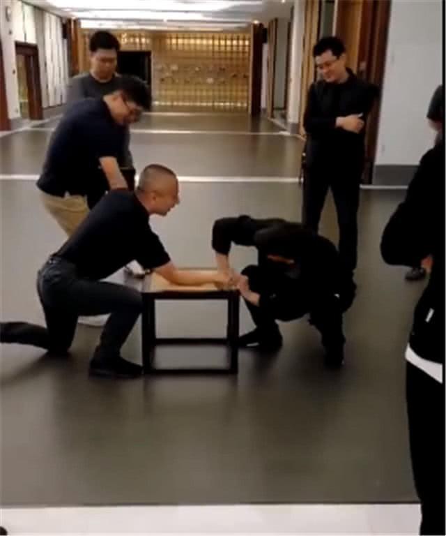 Khác hẳn vẻ già nua, Lý Liên Kiệt xuất hiện trẻ khỏe, đấu vật tay với đồng nghiệp - Ảnh 4.
