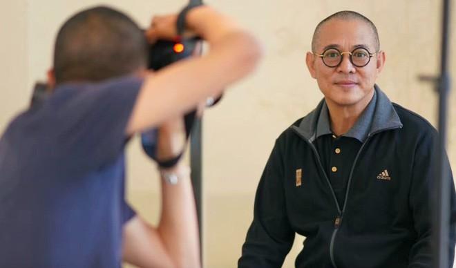 Khác hẳn vẻ già nua, Lý Liên Kiệt xuất hiện trẻ khỏe, đấu vật tay với đồng nghiệp - Ảnh 6.