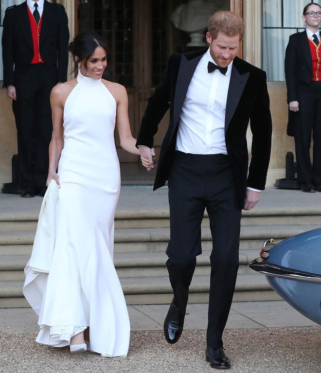 Váy cưới của Meghan Markle hot đến nỗi hãng thiết kế phải cho ra mắt phiên bản mô phỏng với giá rẻ hơn 20 lần - Ảnh 1.