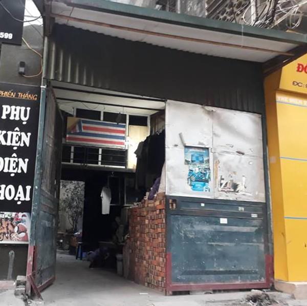 Nơi bán hàng bún đậu của nạn nhân bị xếp kín bởi 1 đống gạch