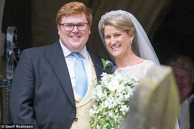 Đám cưới đặc biệt nhất hôm nay: cô dâu đeo vương miện của công nương Diana, Meghan Markle diện váy gần trăm triệu tham dự - Ảnh 1.