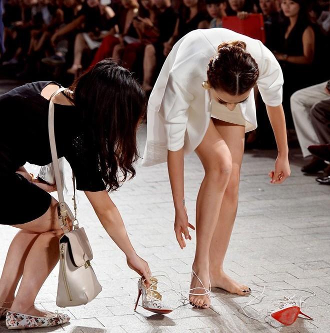 Những pha rớt giày trên sàn catwalk: tuy chẳng ai mong muốn nhưng lại cho tinh thần làm việc đầy chuyên nghiệp của những nàng mẫu này - Ảnh 3.