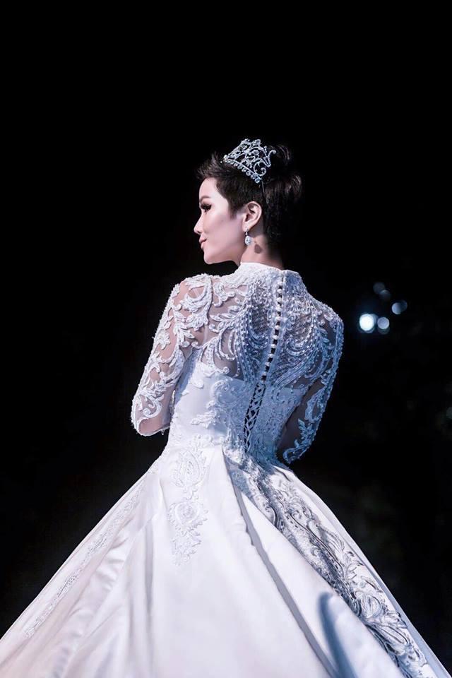 Cùng hóa cô dâu trong cổ tích, H'Hen Niê và Huyền My khiến người ta khó mà phân định: Ai đẹp hơn ai? - Ảnh 4.
