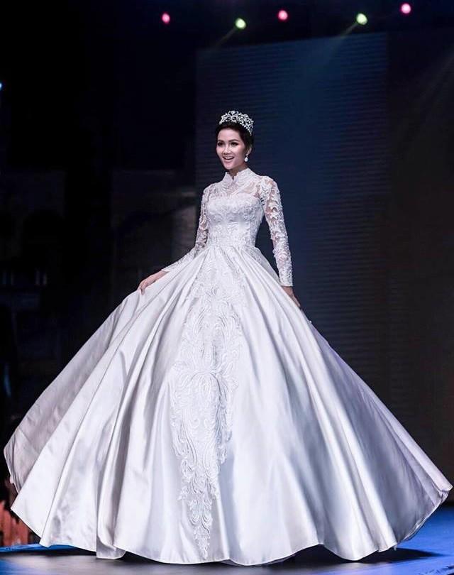 Cùng hóa cô dâu trong cổ tích, H'Hen Niê và Huyền My khiến người ta khó mà phân định: Ai đẹp hơn ai? - Ảnh 1.