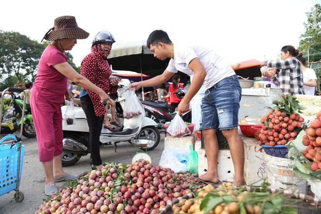 Hà Nội: Tết đoan ngọ, người dân nhộn nhịp mua rượu nếp, nếp cẩm từ sáng sớm - Ảnh 11.