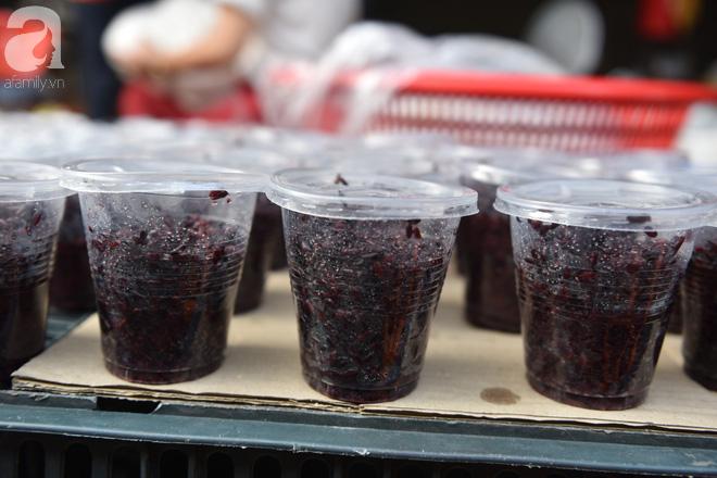 Hà Nội: Tết đoan ngọ, người dân nhộn nhịp mua rượu nếp, nếp cẩm từ sáng sớm - Ảnh 4.