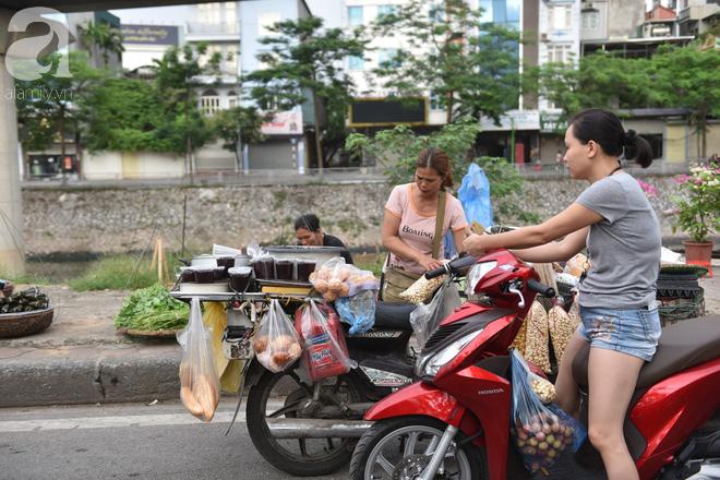 Hà Nội: Tết đoan ngọ, người dân nhộn nhịp mua rượu nếp, nếp cẩm từ sáng sớm - Ảnh 9.