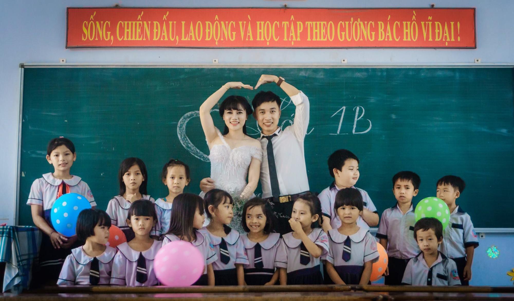 Chuyện tình yêu đáng ghen tỵ của cặp đôi em là giáo viên, anh là