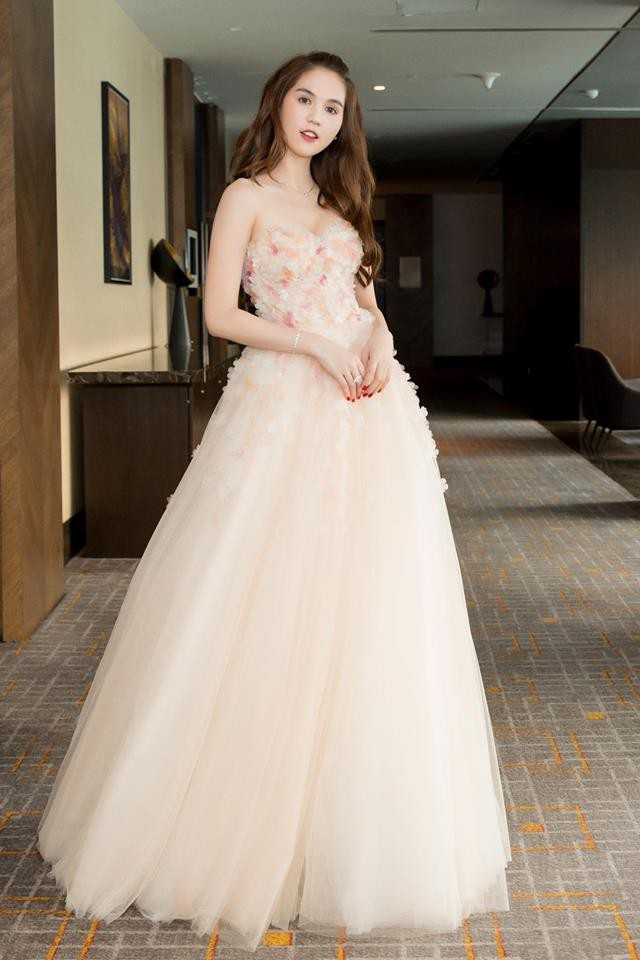 Ngọc Trinh diện váy bồng bềnh hóa công chúa nhưng kiểu tóc này lại làm lộ gương mặt tròn xoe