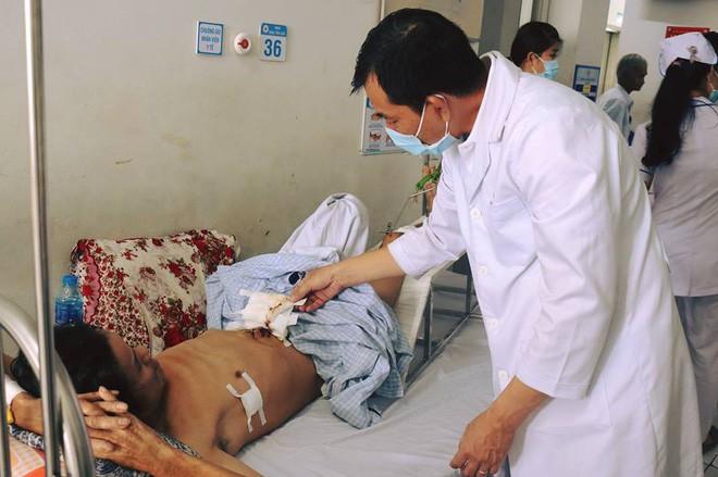 Mất hơn 3 tiếng đồng hồ, các bác sĩ mới giúp ông Quang qua cơn nguy kịch.