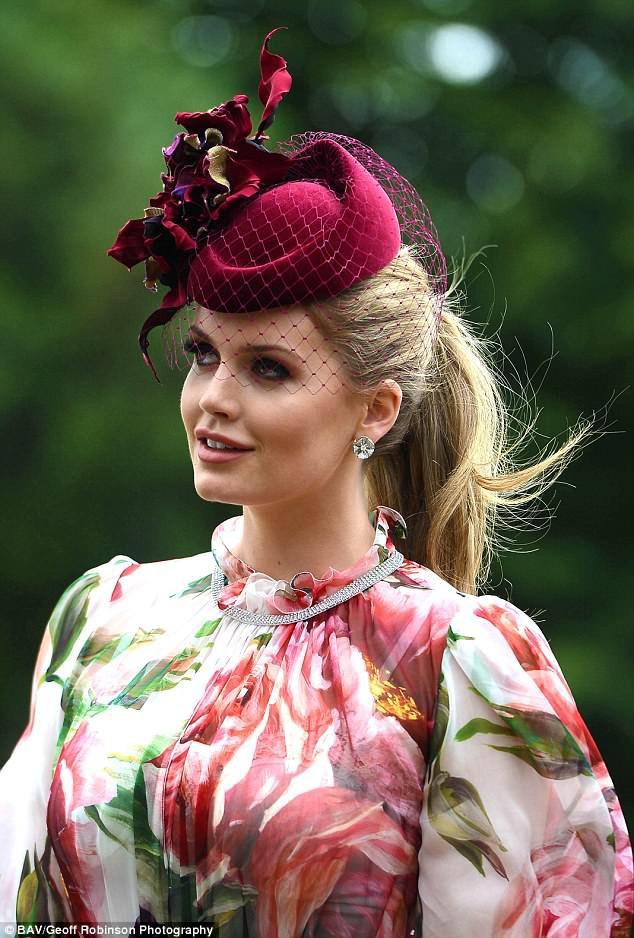 Diện chung 1 chiếc đầm: Cháu gái công nương Diana đẹp quý phái, Địch Lệ Nhiệt Ba lại xinh như tiên nữ - Ảnh 3.
