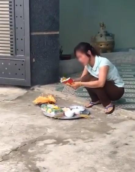 Cô con dâu đốt vàng mã trước cổng nhà - Ảnh cắt từ clip